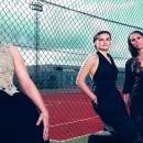 Trois joueuses espagnoles en tenue de soirée sous les flashes des photographes